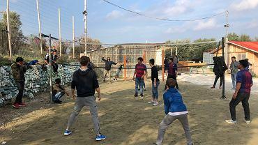 Siatkówka jest najpopularniejszą dyscypliną w obozie Morii na Lesbos