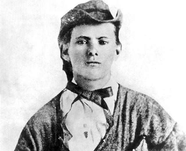 1863: 16-letni Jesse James w mundurze oddziału partyzanckiego armii Południa, który utworzył William Quantrill. Partyzanci Quantrilla, w tym również Jesse, dopuścili się wielu okrucieństw i gwałtów na przeciwnikach Południa w stanach Missouri i Kansas. Jesse poszedł w ślady swego starszego brata Franka, który wcześniej przystał do oddziału Quantrilla