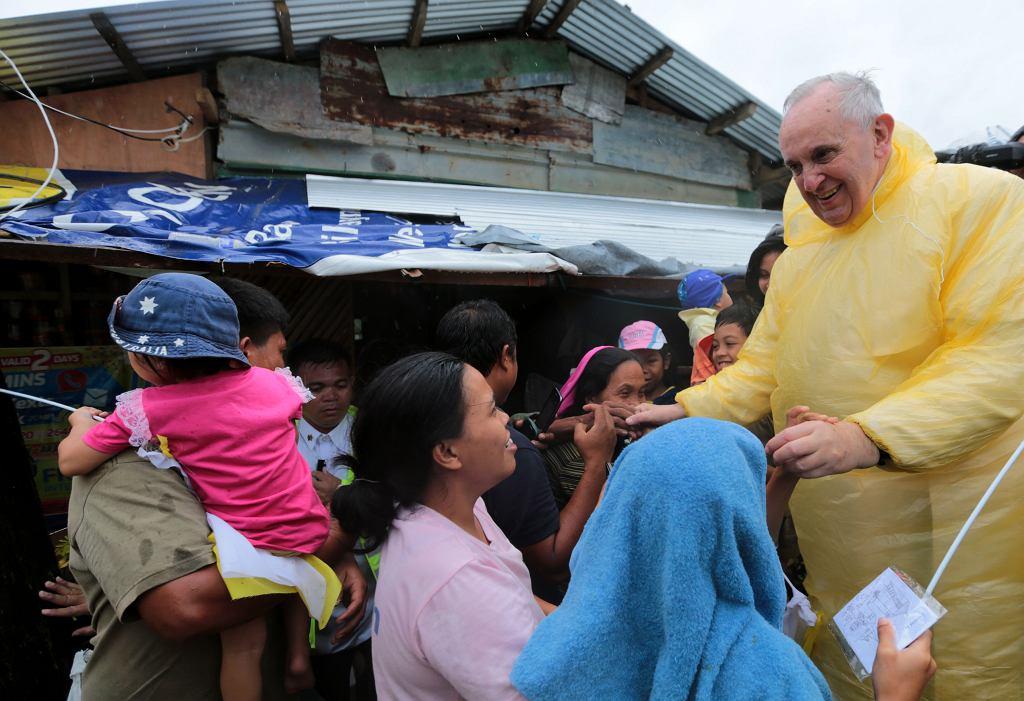 Papież Franciszek odwiedza rodziny ofiar tajfunu Yolanda w Palo, jednym z większych miast prowincji Leyte na Filipinach