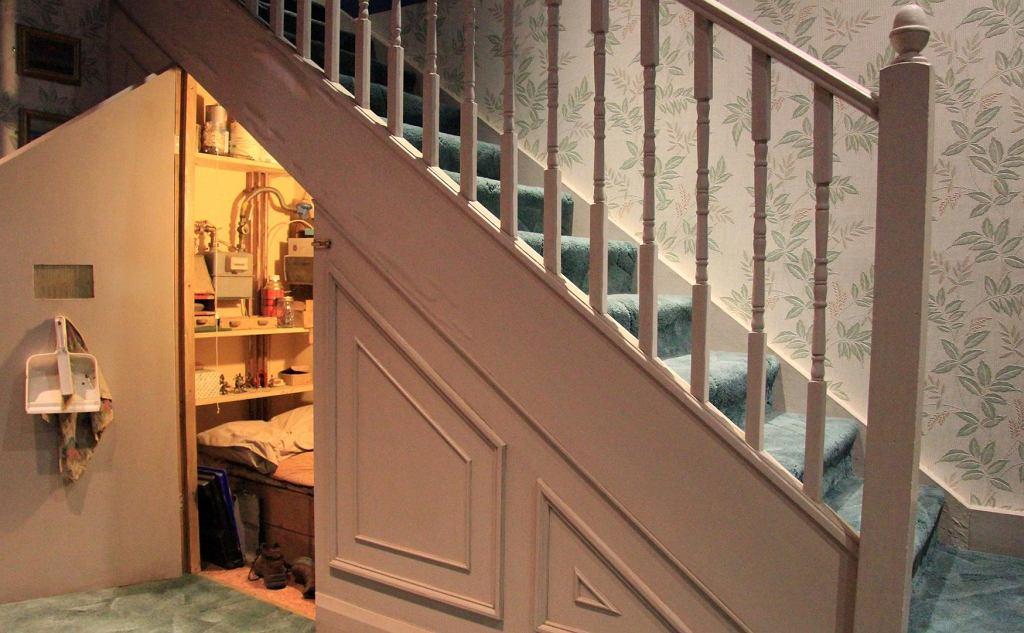 Filmowa komórka pod schodami z filmu 'Harry Potter i Kamień Filozoficzny'