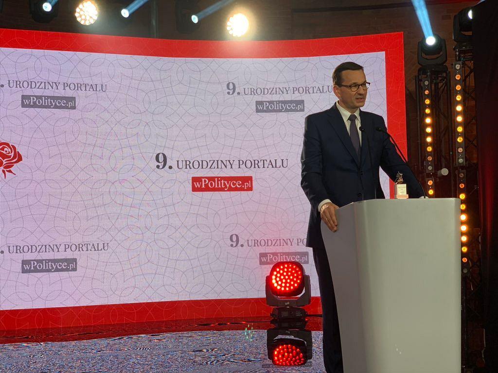 Mateusz Morawiecki z nagrodą Biało-Czerwonych Róż portalu wPolityce.pl