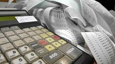 W obecnie używanych kasach fiskalnych stosuje się wydruk paragonu dla klienta, a jego kopia przechowywana jest w tzw. pamięci fiskalnej kasy (nowszy typ urządzeń) lub na papierowych rolkach (starszy). W drugim przypadku przedsiębiorcy muszą przechowywać rolki przez pięć lat i udostępniać je na żądanie kontrolerów fiskusa