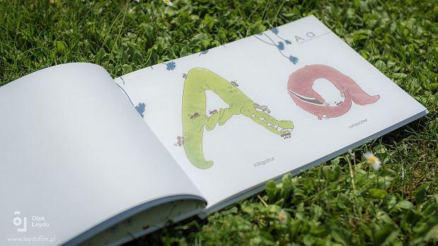 """Książeczka ?Animal abc - book to look"""" wprowadza dziecko w świat liter alfabetu i pierwszych słów w języku angielskim"""