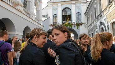 Protestujący uczniowie polskojęzycznych szkół podczas wczorajszej mszy w Ostrej Bramie w Wilnie