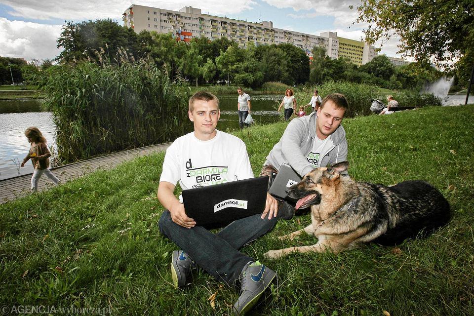 Na portalu nie zarabiają. - Pieniądze robimy inaczej, projektujemy strony, serwisy czy portfolia w internecie - mówią Łukasz Pstrong (z prawej) i Michał Wejwoda. Darmol jest po to, żeby pomagać innym