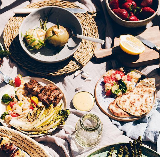 Polędwiczki wieprzowe podawane z sałatką makaronową i chlebkiem naan oraz faszerowane cebule
