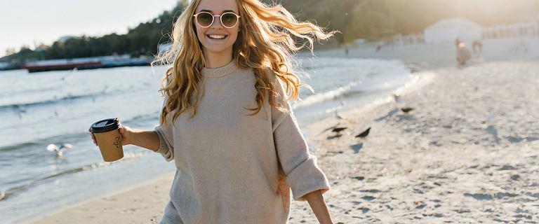 Modne swetry na jesienną pogodę. Wiele z nich kupisz w obniżonych cenach!