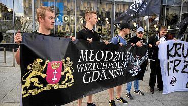Młodzież Wszechpolska z Gdańska w Katowicach podczas pikiety
