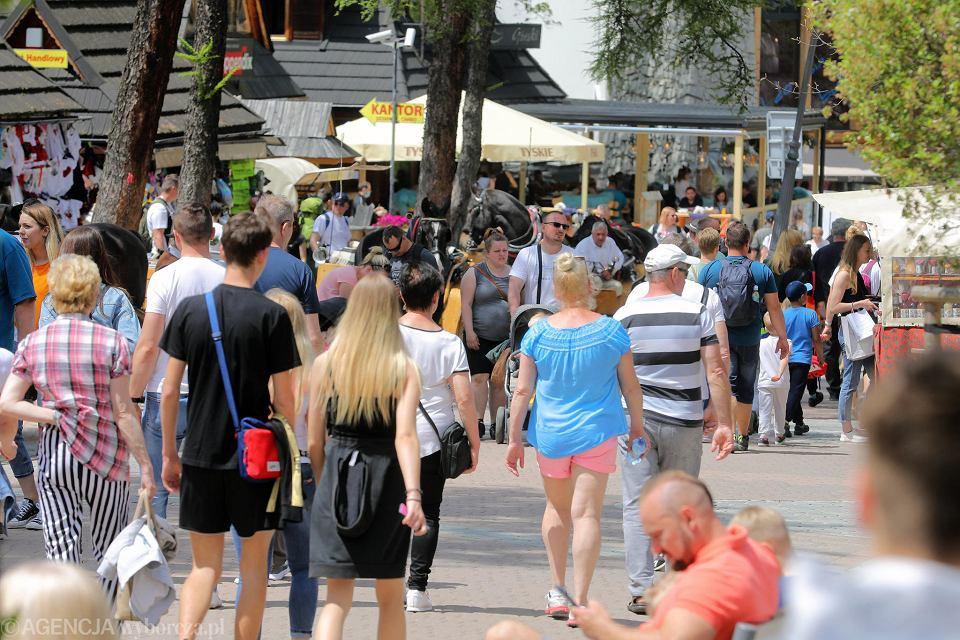 Tłum turystów na Krupówkach w Zakopanem