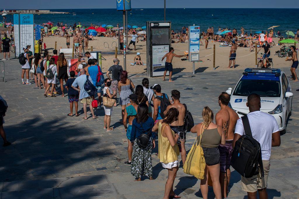 Pandemia koronawirusa. Kolejka na plażę (obowiązują ograniczenia i dystans społeczny). Barcelona, 18 lipca 2020