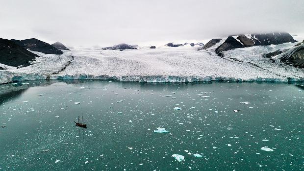 Statek wycieczkowy w zatoce Vestre Burgerbukta, Spitsbergen. Jeszcze 4 lata temu w jego miejscu było czoło Lodowca Paierla -widoczny w tle