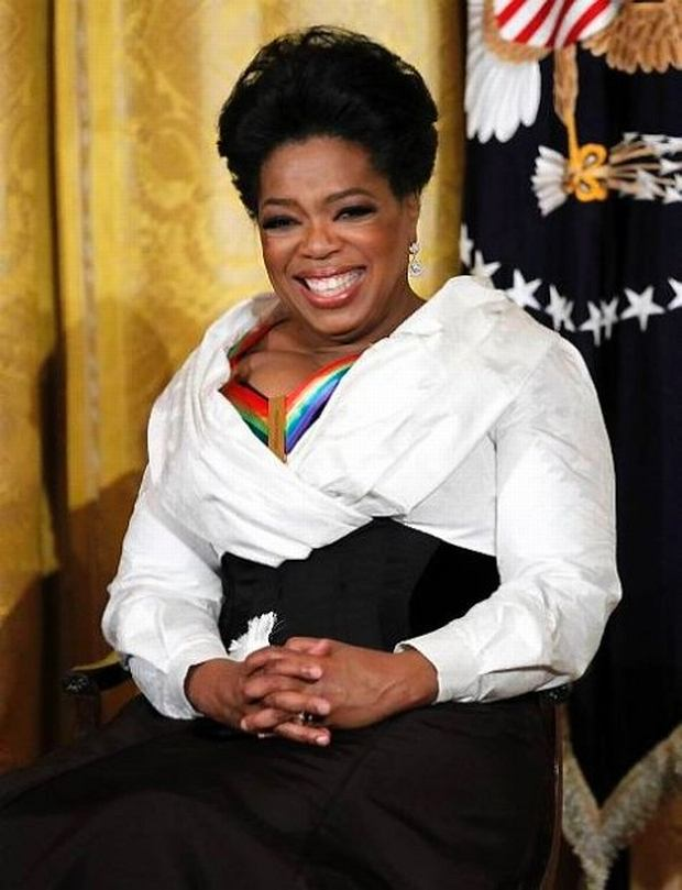 Oprah Winfrey zosta?a nagrodzona odzanczeniem Centrum Kennedyego , one of the recipients of the 2010 Kennedy Center Honors, laughs during a reception in the East Room of the White House in Washington, Sunday, Dec. 5, 2010.  (AP Photo/Manuel Balce Ceneta)
