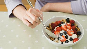 Naturalny jogurt z dodatkiem owoców to idealne śniadanie dla osób, które chcą zrzucić wagę. Świeże owoce wspierają działanie obecnych w jogurcie probiotyków