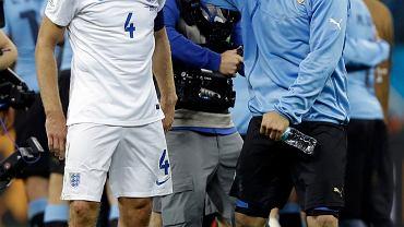 Luis Suarez pociesza Stevena Gerrarda