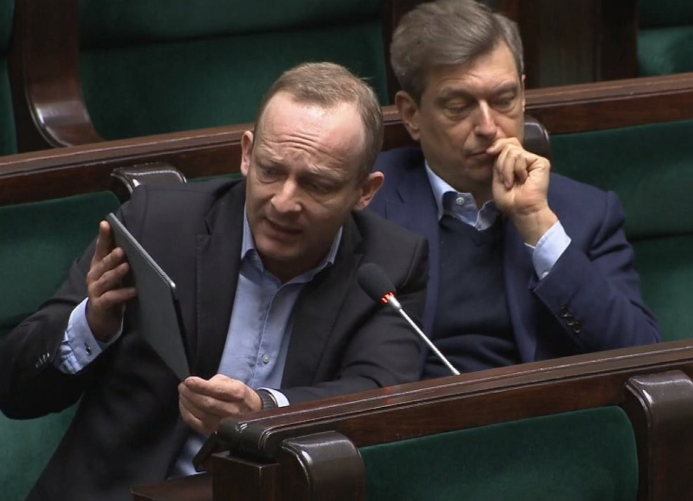 Paweł Olszewski z PO pokazuje zdjęcie Macieja Wąsika