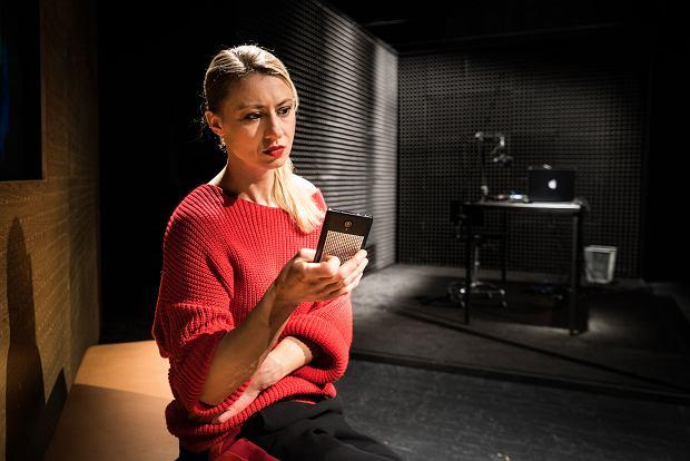 Kamila Salwerowicz. Scena ze spektaklu 'Czekam na telefon'. Teatr Nowy w Łodzi