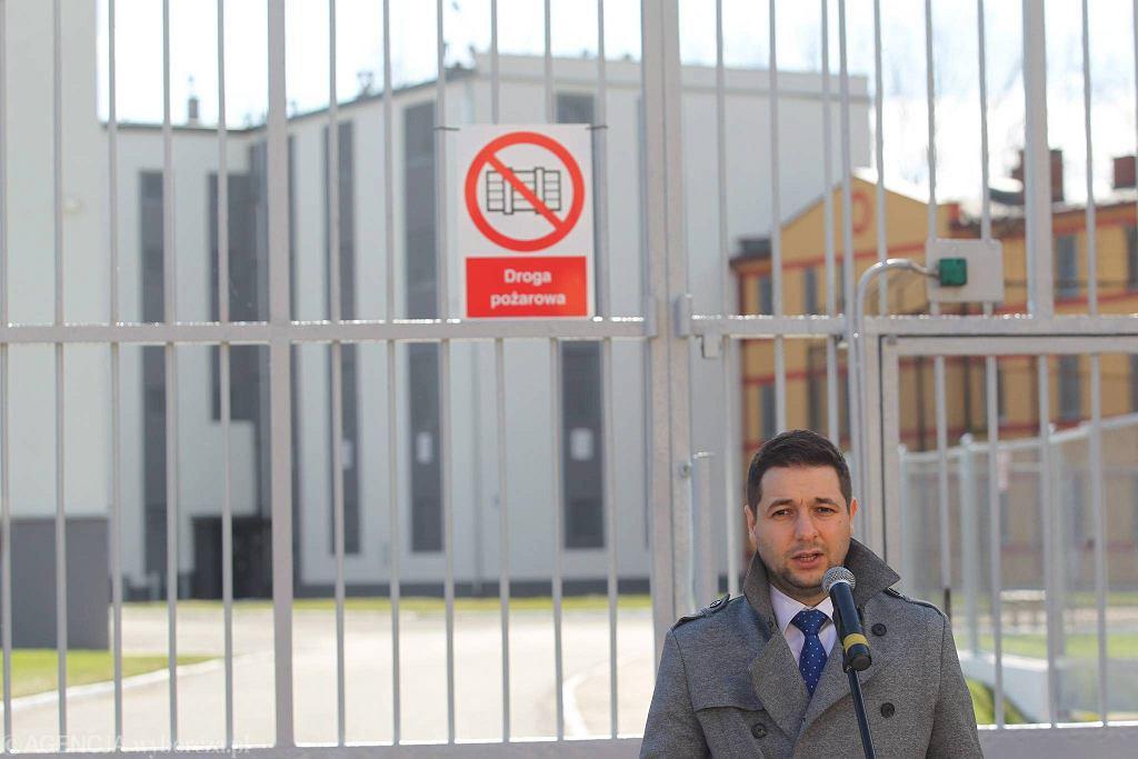Wiceminister sprawiedliwości Patryk Jaki z wizytą w Zakładzie karnym w Nowogardzie