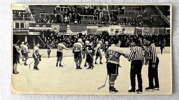 Rok 1964. Drużyna Górnika Murcki na otwartym lodowisku Torkat w Katowicach po meczu z Włókniarzem Zgierz (7:7).