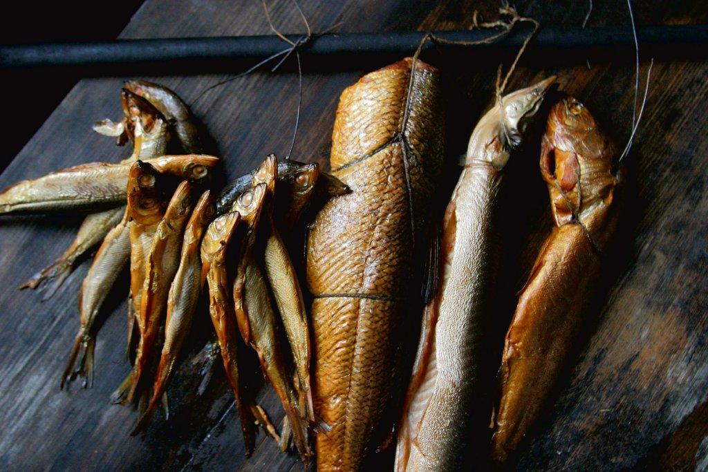 Wędzenie niszczy 40-60 proc. zawartych w rybie kwasów omega-3. To nie tak źle - smażenie na oleju niszczy je zupełnie