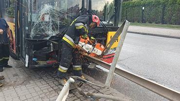 Warszawa. Autobus nadział się na barierkę