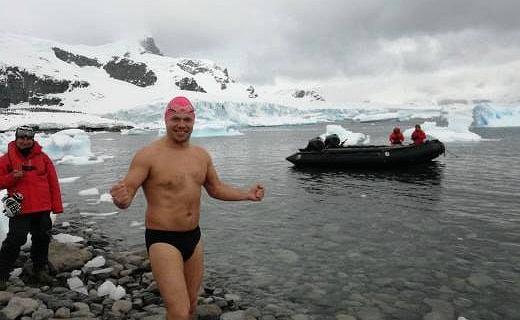 Leszek Naziemiec przepłynął kilometr na Antarktydzie