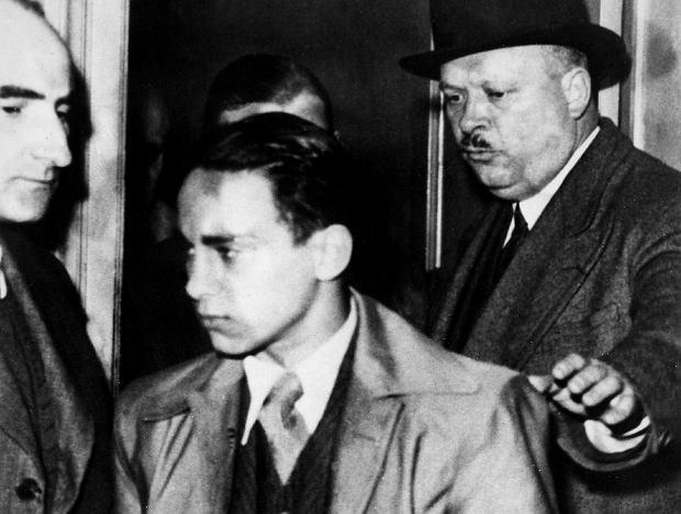 Paryż, 7 listopada 1938 r. Herszel Grynszpan wkrótce po oddaniu się w ręce francuskich policjantów po zastrzeleniu Ernsta vom Ratha.