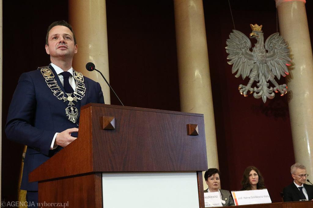 Rafał Trzaskowski podczas zaprzysiężenia na prezydenta Warszawy w listopadzie 2018 r. Gdyby wystartował na prezydenta RP w najbliższych wyborach i wygrał, łańcuch prezydenta miasta przejąłby komisarz wskazany przez premiera.