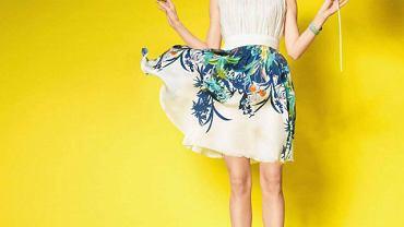 Najmodniejsze fasony sezonu podkreślają atuty sylwetki i są niezwykle kobiece. Nie bój się wyróżniać z tłumu: tej wiosny nosimy modele w intensywnym kolorze lub wzorzyste.