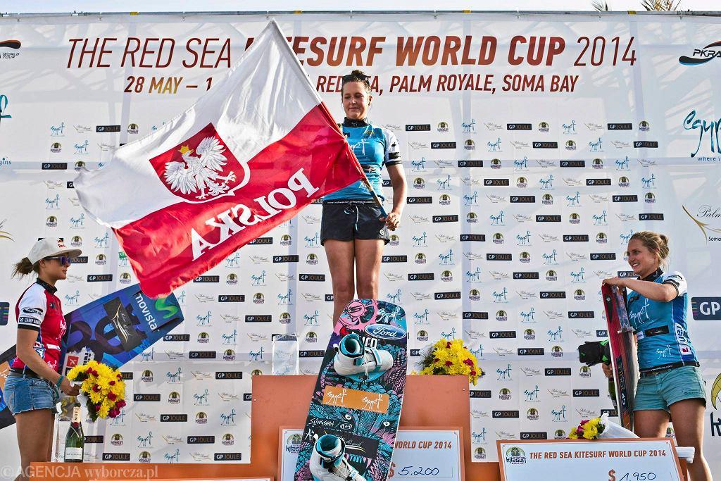 Karolina Winkowska na najwyższym stopniu podium Pucharu Świata w kitesurfingu w Egipcie. Po lewej, na drugim miejscu Gisela Pulido.