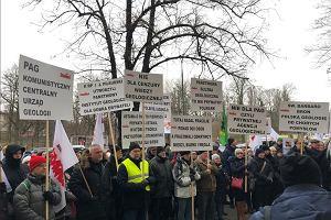 """""""Nie ma zgody na prywatną agencję ministra"""". Pracownicy Państwowego Instytutu Geologicznego protestowali przed Ministerstwem Środowiska"""