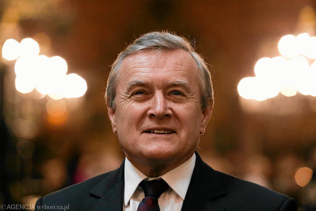 Minister kultury, wicepremier w rządzie PiS Piotr Gliński podczas spotkania z konserwatorami ołtarza Wita Stwosza. Kraków, 31 maja 2017