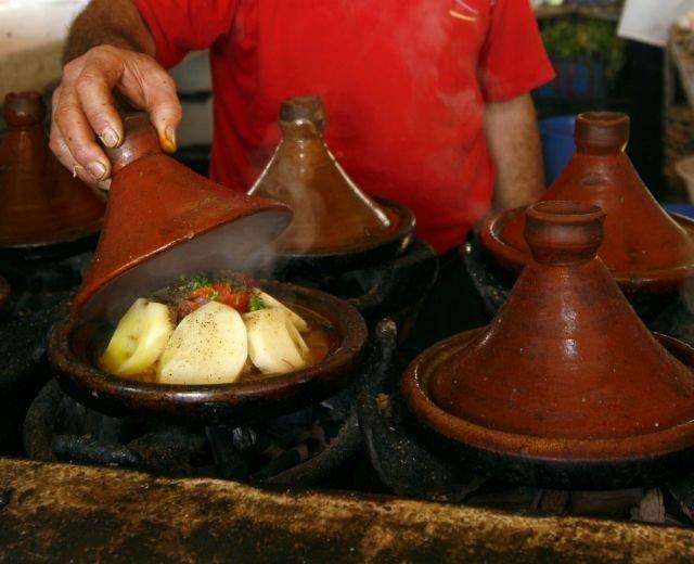 Sięganie po jedzenie niewiadomego pochodzenia, zwłaszcza na wakacjach, może mieć nieprzyjemne konsekwencje