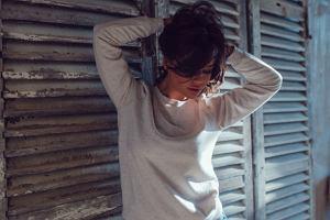 Szara bluza nie tylko na sportowo! Eleganckie i kobiece zestawy z bluzą w roli głównej