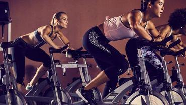 Jazda na rowerze stacjonarnym pozwala zachować dobrą formę.