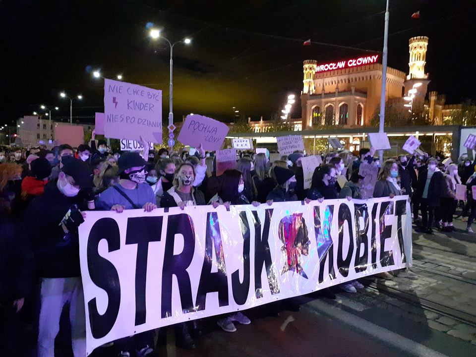 Strajk kobiet we Wrocławiu - protest w pobliżu Dworca Głównego