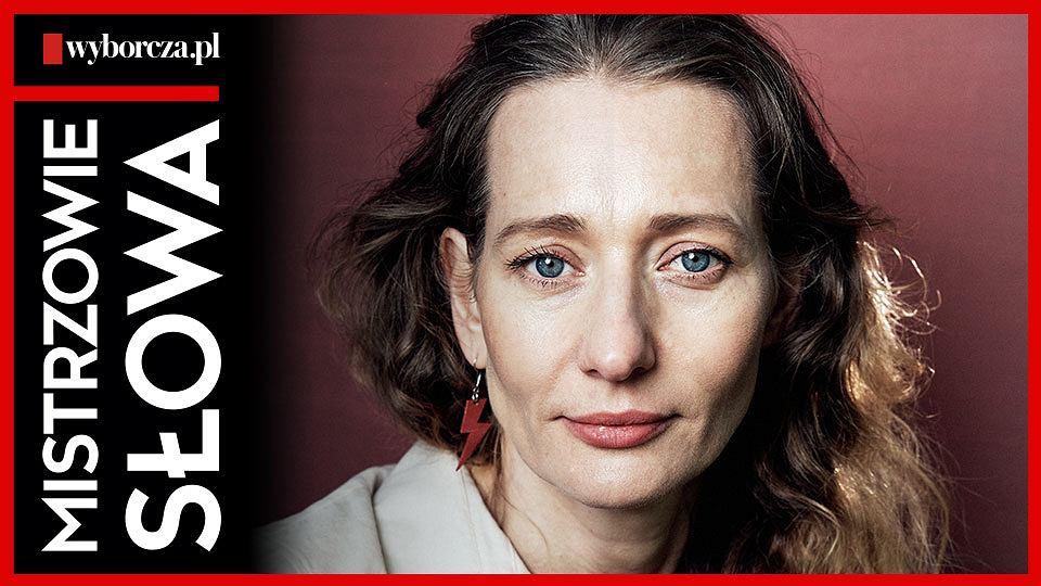 Magdalena Popławska w dwudziestym siódmym odcinku podcastu 'Mistrzowie Słowa' czyta reportaż Izabeli Żbikowskiej pt. 'Czekamy pod Abbey Gate'