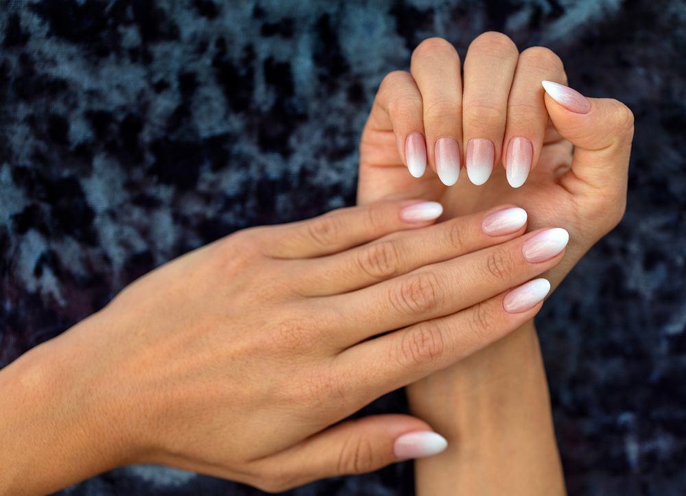 Białe paznokcie ombre. Zdjęcie ilustracyjne