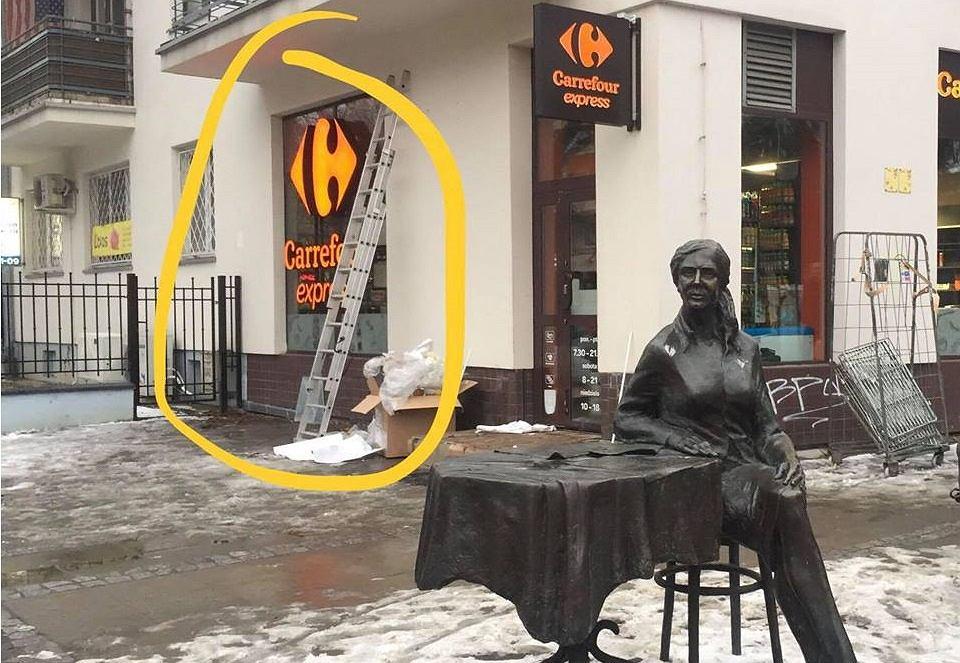 Pomnik Agnieszki Osieckiej ma nowego sąsiada - sklep sieci Carrefour