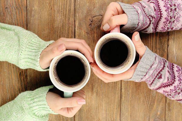 Umiarkowane ilości kawy zazwyczaj nie szkodzą nawet w ciąży. Jeśli jednak masz genetyczną nadwrażliwość na kofeinę, pijesz obfitujące w nią napoje lub przyjmujesz leki, które ją zawierają, możesz mieć problem