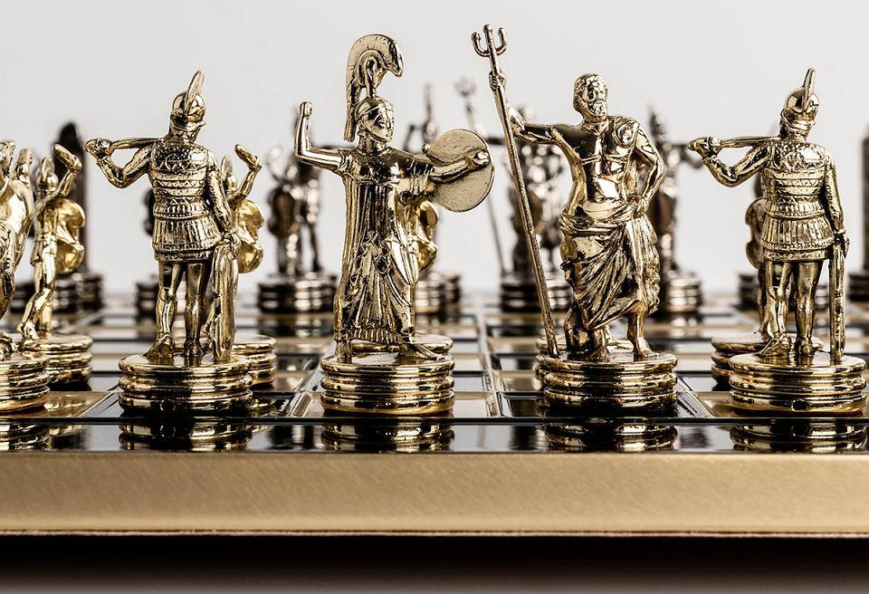 Ręcznie robione szachy z mosiężną szachownicą.