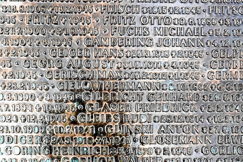 Cmentarz Miłostowo.. Tablica upamiętniająca żołnierzy niemieckich