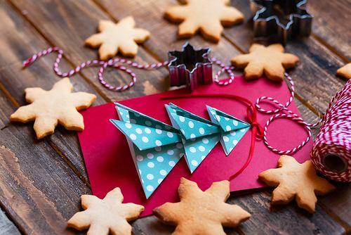 Dekoracje świąteczne - papierowa choinka. Zdjęcie ilustracyjne