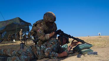 Szkolenie se strzelania w Krivolak w Macedonii. Porucznik Armii Amerykańskiej sprawdzający broń porucznika macedońskiego. 1 sierpnia 2017.