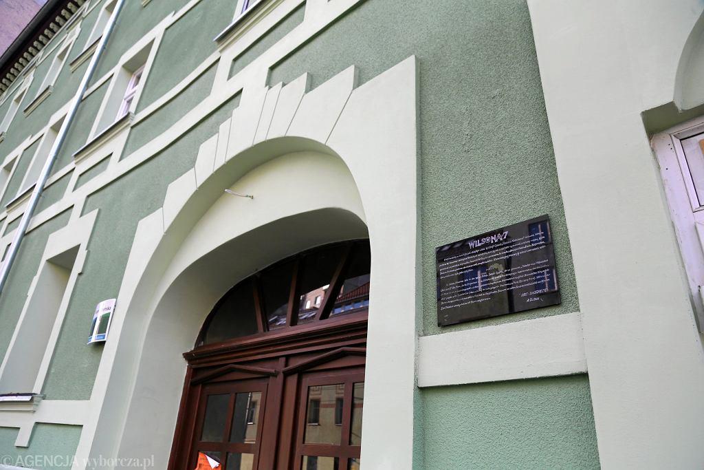 Szczecin. Przy ulicy Niemierzyńskiej 7 została powieszona tablica upamiętniająca mordercę