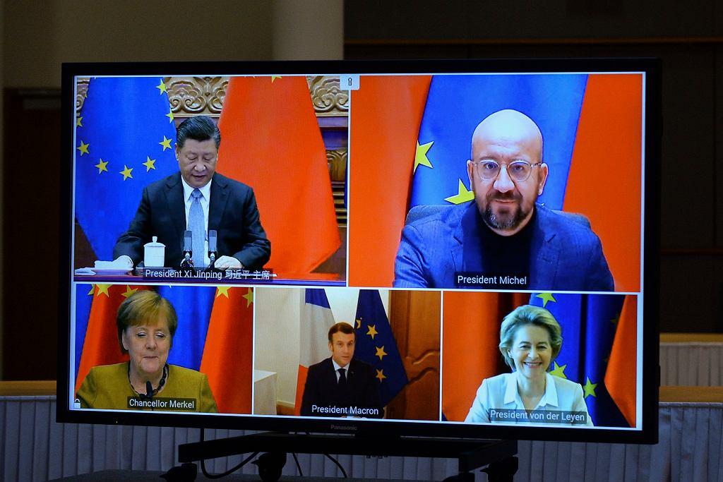 Wideokonferencja UE i Chin. Od góry, od lewej: przywódca Chin Xi Jinping, przewodniczący Rady Europejskiej Charles Michel, kanclerz Niemiec Angela Merkel, prezydent Francji Emmanuel Macron, szefowa KE Ursula von der Leyen.