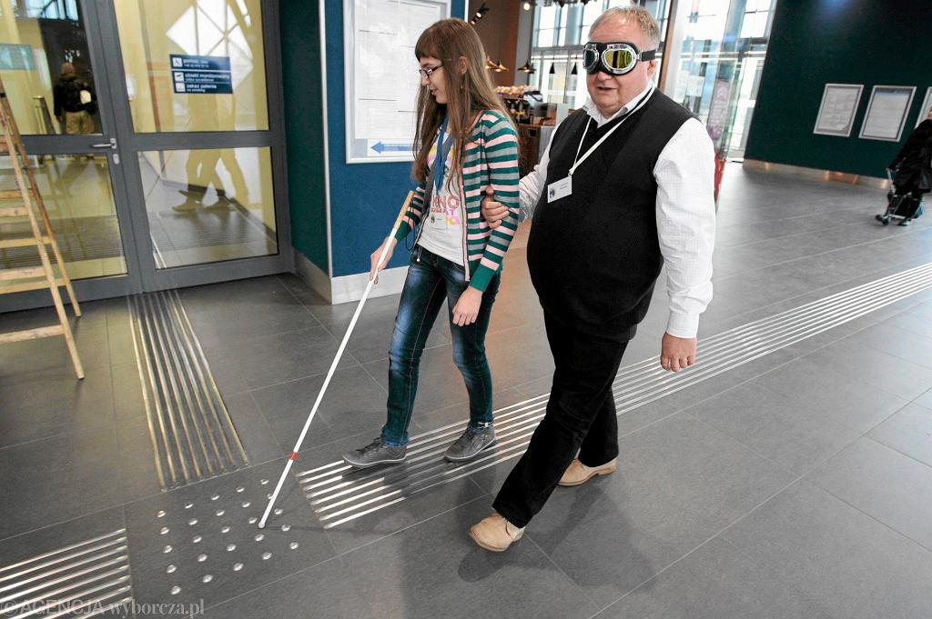 Niewidomy na dworcu kolejowym
