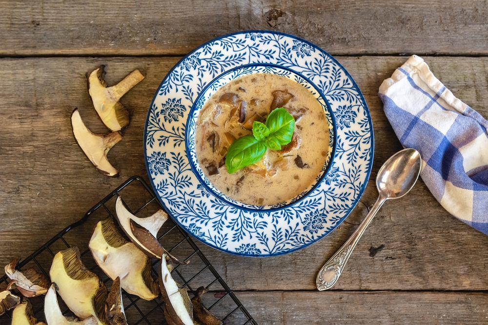 Zupa grzybowa z suszonych grzybów będzie doskonała, jeśli przyrządzisz ją z borowików, koźlarzy lub podgrzybków