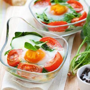 Jajka zapiekane zpomidorami, szpinakiem i fetą sprawdzą się jako wielkanocna przystawka