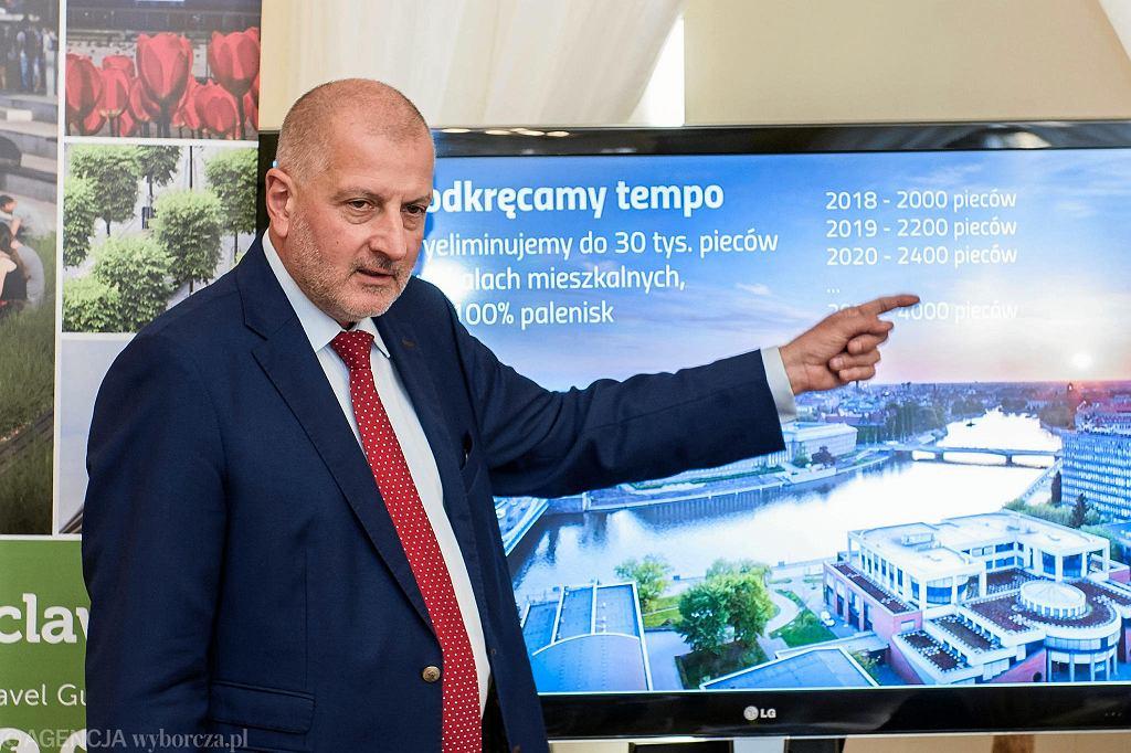 Konferencja prezydenta Rafała Dutkiewicza w sprawie modernizacji Wrocławia w związku z walkę ze smogiem