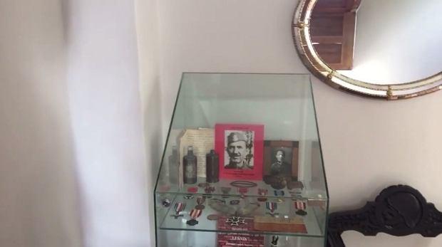 W domu rodzinnym Conrado Moreno stoi gablota z pamiątkami po pradziadku